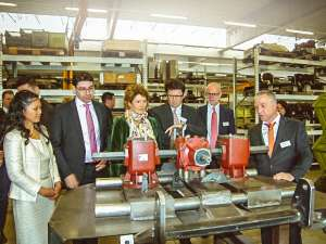 Stefan Braun and his wife Relamil Braun show mayor Thomas Hirsch, state government minister Eveline Lemke and savings bank director Bernd Jung around the new production facility.